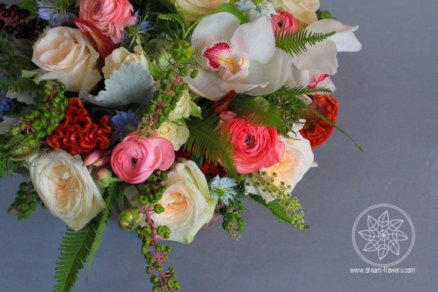 Vase flower arrangement The Fragrant Love Everyday arrangement garden roses, orchids, ranunculus